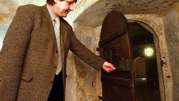 ČESKOLIPSKÁ ŠATLAVA. Objekt bývalého vězení z 16. století se proměňuje v novou archeologickou expozici. Na snímku ředitel Vlastivědného muzea a galerie Zdeněk Vitáček.