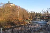 SPLAV pod zámkem bude rovněž jedním ze zastavení na nové naučné stezce, která zpřístupní přírodní rezervaci Křížový vrch. Její součástí budou i dvě vyhlídky s netradičním pohledem na zámek.