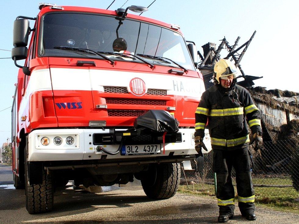 Dohašovaní požáru hospodářské budovy, který vypukl ve čtvrtek po jednadvacáté hodině ve Vísce na Frýdlantsku. Již v době příjezdu hasičů byl celý objekt v plamenech.