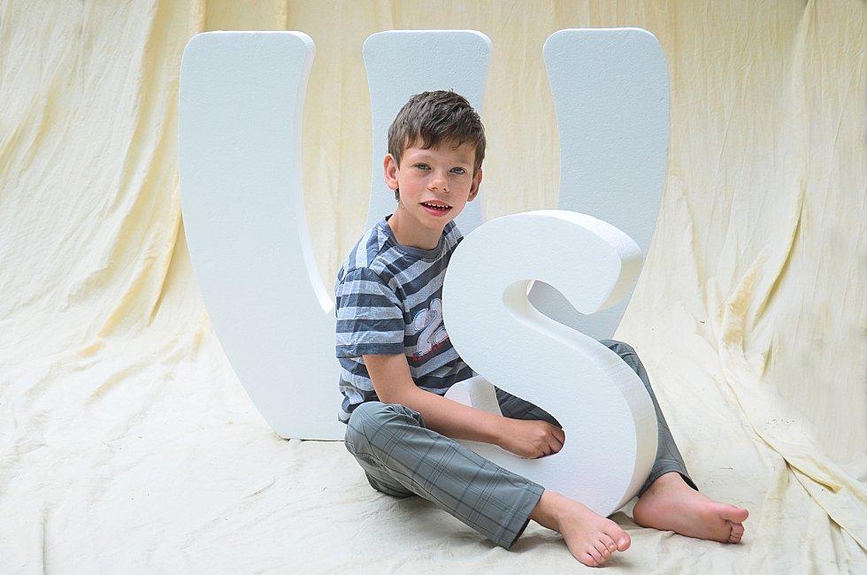 Desetiletý Bartoloměj z Liberce trpí vzácným Williamsovým syndromem. Většina jeho vrstevníků skončila v pomocných školách, Bartoloměj ale navzdory mentálnímu handicapu zvládl už třetí třídu. Podle jeho matky, Hany Kubíkové ale nejde ani tak o získání akad