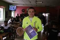 Jakub Dlask s trofejí a diplomem.