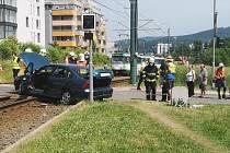 Střet osobního automobilu s tramvají.