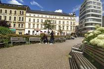 Lavičky na Soukenném náměstí zbudou. Část jich opraví a umístí na jiné místo ve městě.