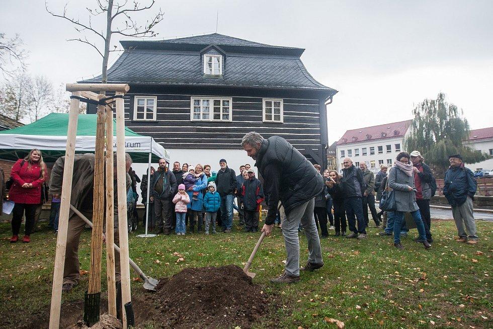 Vysazení pamětního stromu se uskutečnilo 23. října v Liberci v rámci oslav 50. výročí vyhlášení Chráněné krajinné oblasti Jizerské hory. Na snímku vpravo je Tomáš Korytář.