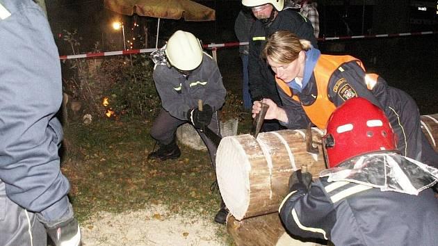 Hasiči z Jeřmanic se účastní pravidelně mnohých soutěží. Nechybí ani ve Zdislavě při náročné Hasičské noci pod Ještědem.
