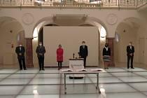 Starostové, Piráti a ODS podepsali v Oblastní galerii Liberec koaliční smlouvu. Ta má šest stran a je rozdělena na 12 článků, které se věnují rozměrům spolupráce a také složení devítičlenné Rady Libereckého kraje.