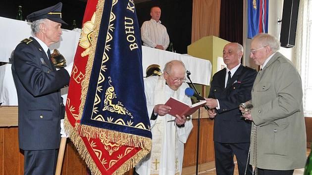 FARÁŘ SVĚTÍ PRAPOR. Nový prapor dobrovolných hasičů posvětil Josef Matura, farář ze Světlé pod Ještědem.