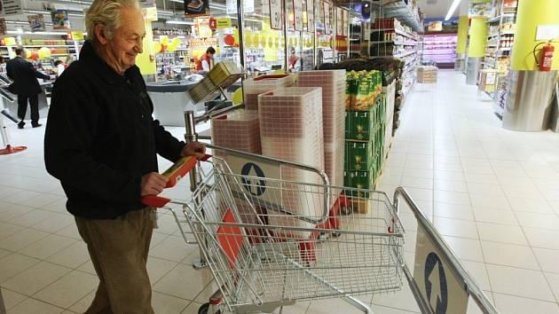 V 7 hodin se poprvé zvedly mříže dlouho očekávané prodejny s potravinami ve spodním podlaží nákupního centra Plaza v Liberci. Otevření se konalo za zájmu jediného zákazníka, teprve po několika minutách se začali trousit další.