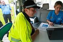 Vozidlo Volswagen Caravelle má snadardní policejní výbavu, navíc mají strážníci k dispozici notebook nebo i lékárnický kufřík.