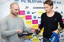 Sportovní ředitel Jan Nezmar předává Radoslavu Kováčovi vedle dresu s číslem 15 (po Hadaščokovi) i kopačky Nike se značkou Radek.