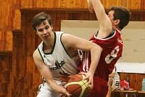 PÁTÁ VÝHRA Z POSLEDNÍCH 7 ZÁPASŮ. Liberecký Tomáš Bím (vlevo) bráněn protihráčem.