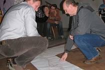 SETKÁNÍ VEŘEJNOSTI V HEŘMANICÍCH. Ctibor Král ukazuje, odkud se valí voda do vsi při prudkých lijácích. Další setkání odborníků s veřejností proběhne v pátek 20. 3. v Černousích od 17.30 hodin