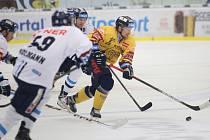 Extraligoví hokejisté PSG Berani Zlín (ve žlutém) v pátetečním 38. kole doma vyzvali libereské Bílé Tygry.