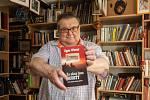 Spisovatel a sběratel Egon Wiener s jeho poslední knihou Za okny jsou Sudety.
