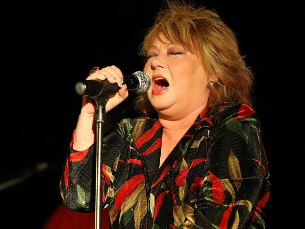 Věra Špinarová profesionálně zpívá už téměř 40 let, a přeto vyprodané divadlo dokázala přivést do varu hned první skladbou svého koncertu.
