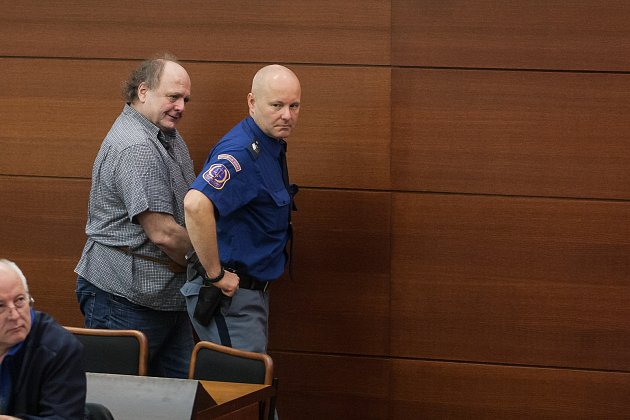 Šetření případu rozsáhlé výroby amfetaminu určeného pro švédský trh začalo 10. října u krajského soudu v Liberci. Na snímku vlevo je obžalovaný Richard Rákosník.