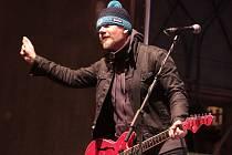 ZPĚVÁK MICHAL HRŮZA se svou kapelou Hrůzy nazpíval titulní písničku k filmu Padesátka, který nyní brázdí česká kina. Natočil k ní i tematický videoklip.