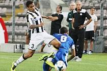 ITALOVÉ NEHRÁLI V RUKAVIČKÁCH. Allan v prvním duelu právě smetl Pavelku před zraky svého trenéra Francesca Guidolina.