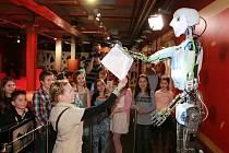 Úplně poprvé v ČR předával pololetní vysvědčení čtvrťákům a páťákům tamní humanoidní robot Thespian.