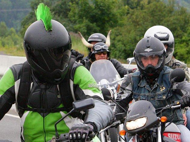 Motorkáři z celé republiky se sjeli v pátek k rybníku Kačák v Krásné Studánce v Liberci.
