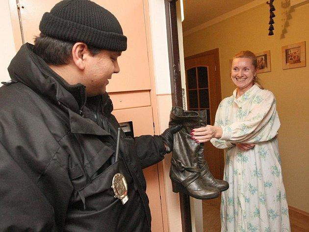 NÁVRAT KOZAČEK. Okolo domu se často potulují pochybní lidé. Žena doplatila na to, že si přede dveřmi nechala své boty. Lidé by měli zamykat své domy a byty.