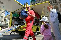 PŘIJEDE KAMKOLIV a dokáže přivézt 2 stany s 30 mobilními lůžky a vybavením na ošetření stovky lidí. Jeho služby se dají využít při  dopravních nehodách s více raněnými nebo živelních katastrofách.