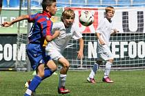 ŽÁCI SLOVANU SKONČILI ČTVRTÍ. Liberečtí (v bílém) vyhráli jen zápas s polskou Legnicí 6:0.