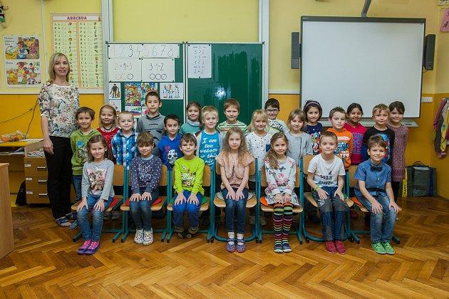 Prvňáci z1. B Základní školy Barvířská vLiberci se fotili do projektu Naši prvňáci. Na snímku je snimi třídní učitelka Štěpánka Lačná.
