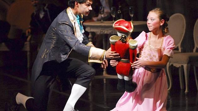 LOUSKÁČEK. Klasický balet Petra Iljiče Čajkovského nahradí původně plánované představení Smrt v Benátkách.