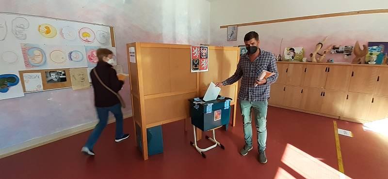 Začátek voleb v Semilech.