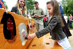 V Ostašově vedle školy otevřeli v roce 2011 Park bezpečí s interaktivními lavičkami.