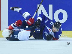 Bílí Tygři Liberec porazili v Lize mistrů norský IK Lörenskog 4:3 v prodloužení. Na snímku bojují o puk liberecký Lukáš Vantuch (vpravo) a Robin Dahlsstrom.