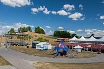 Přípravy areálu pro 26. ročník hudebního festivalu Benátská! pokračovaly 24. července ve sportovním areálu Vesec v Liberci . Festival proběhne od 26. do 29. července.