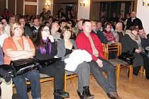 Beseda ve Frýdlantu v Čechách praskala ve čtvrtek 18. února ve švech. Na zasedání zdejších zastupitelů dorazily asi dvě stovky obyvatel, kterým se nelíbí chystané změny na zdejší základní škole.
