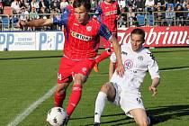 MICHAL RABUŠIC (ještě v červeném dresu Zbrojovky Brno) uniká v jarním jihomoravském derby Petru Švancarovi ze Slovácka.