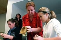 RESTAURÁTORKA Anna Kellerová ukázala dětem nejen pravěkou nádobu z Příšovic, ale naučila je i zajímavé technice, jakou pravěcí lidé vyráběli keramiku před vynálezem hrnčířského kruhu.