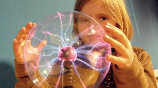 PRVNÍ V ČESKÉ REPUBLICE. Dnes poprvé veřejnost vstoupí do ojedinělého iQparku, který byl vytvořen v libereckém Centru Babylon. Malou Elišku Hájkovou zaujala  plazma koule.