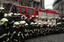 Dobrovolní hasiči města Liberce společně před radnicí.