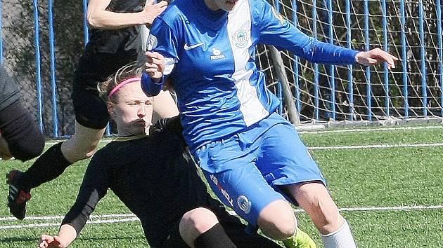 LIBERECKÁ ANDY. Andrea Jarchovská (ve světlejším dresu) proměnila penaltu, kterou Liberec vyrovnal skóre na 1:1.