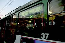NOČNÍ TRAMVAJ. Dopravní podnik zvažuje více zapojit městské strážníky na linkách v pozdějších hodinách, aby dbali na bezpečí cestujících a řidičů.