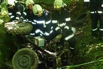 Muž zemřel pod traktorem.