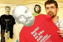 Na zdi visí trika výtvarně pojatá jako protest proti komunismu a glorifikaci pohlavárů bývalého režimu