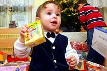 VÁNOCE V PŘEDSTIHU. V libereckém Dětském centru Sluníčko naděloval Ježíšek již včera, tedy 22. prosince. Tety připravily dětem vánoční stromeček se spoustou krásných dárků.