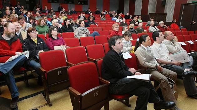 Debata v libereckém kině Varšava.