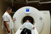 """RYCHLÝ, ŠETRNÝ, SCHOPNÝ. Tak popisují lékaři i asistenti nový počítačový tomograf, který zkvalitní péči o pacienty v Krajské nemocnici v Liberci. V případě nutnosti umí člověka """"prohlédnout"""" za čtyři vteřiny."""