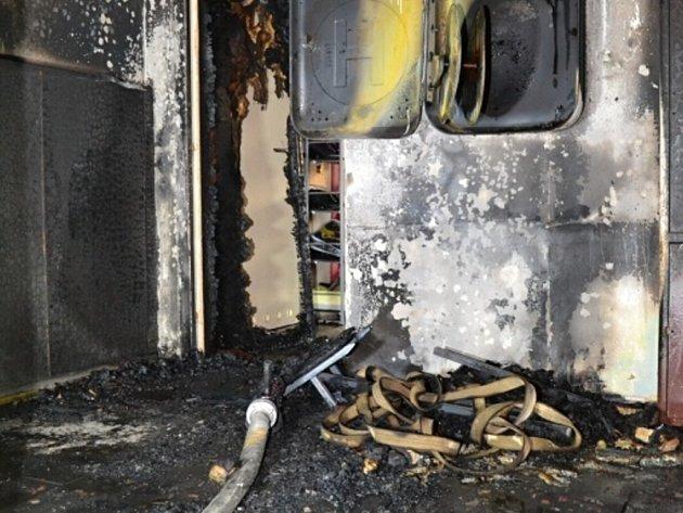 ŽHÁŘ řádil vLiberci poprvé od roku 2011, kdy byl ze série požárů obviněn Petr Hrubý. Ojeho trestu má rozhodnout až pražský vrchní soud. Vúterý večer se jen svelkým štěstím nestalo nikomu zobyvatel nic vážného.