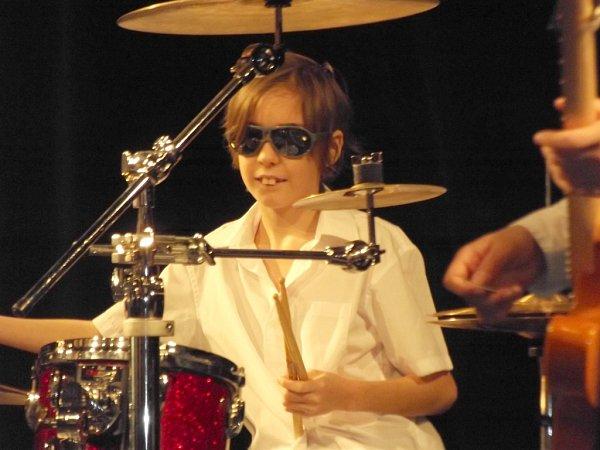 KŘÍŽALY. Tak se jmenuje kapela na Základní škole Jabloňová, ve které Zdeněk Buš hraje. Sluneční brýle jsou součástí image skupiny.