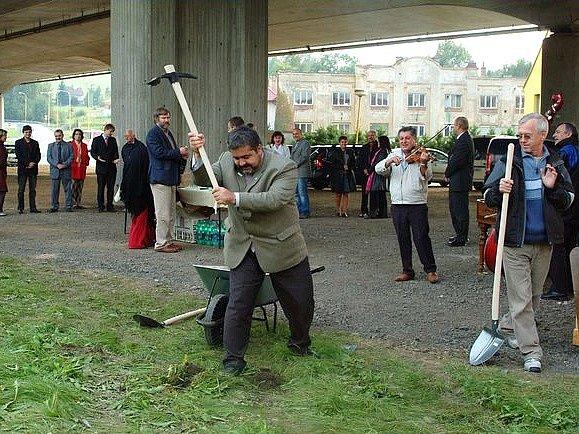 Starosta Chrastavy Michael Canov a další představitelé tamní radnice slavnostně odstartovali stavbu silniční přeložky na konci září.
