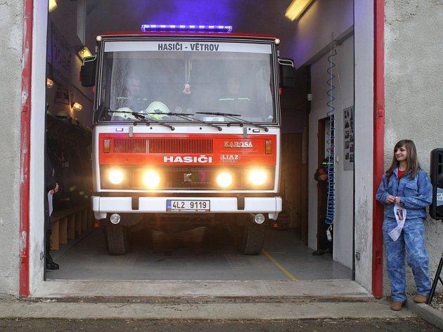 Dobrovolní hasiči z Frýdlantu - Větrova převzali cisternu.