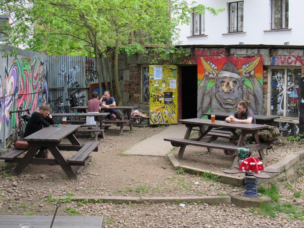 Pivní zahrádka u Azyl baru v Široké ulici